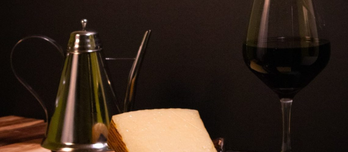 wine-glass-on-table-3186254
